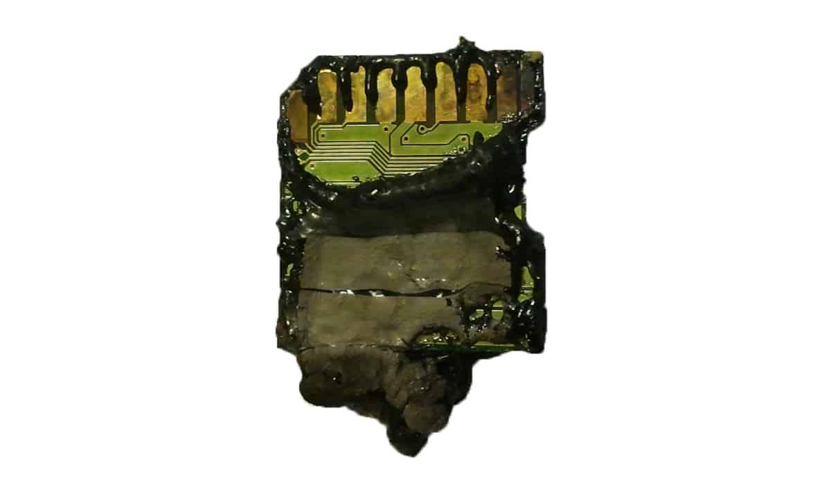 karta pamięci SD ze spaloną plastikową obudową pion