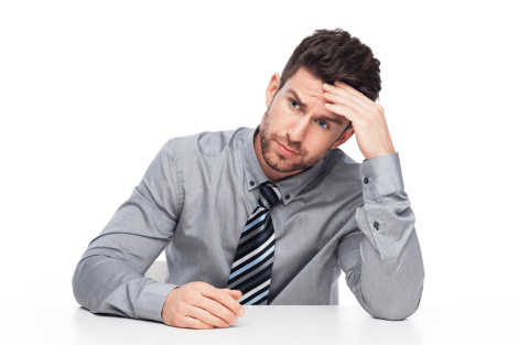 mężczyzna w szarej koszuli z krawatem podpierający głowę